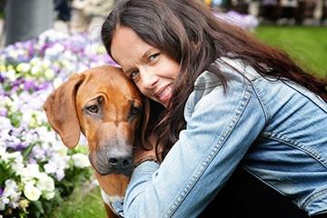 Porträtt av skådespelerskan och yoga profilen Malin Berghagen och hunden Bodhi