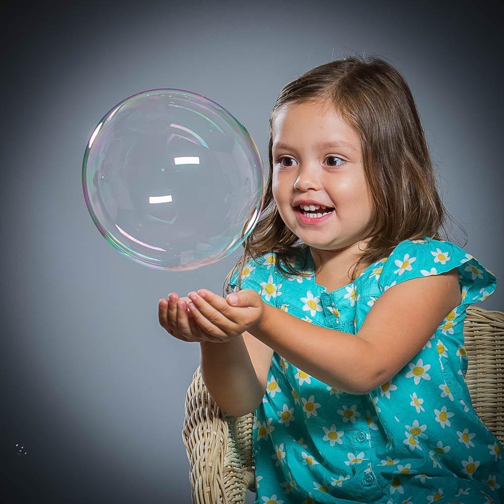 Barnfotografering med såpbubblor blir extra rolig.