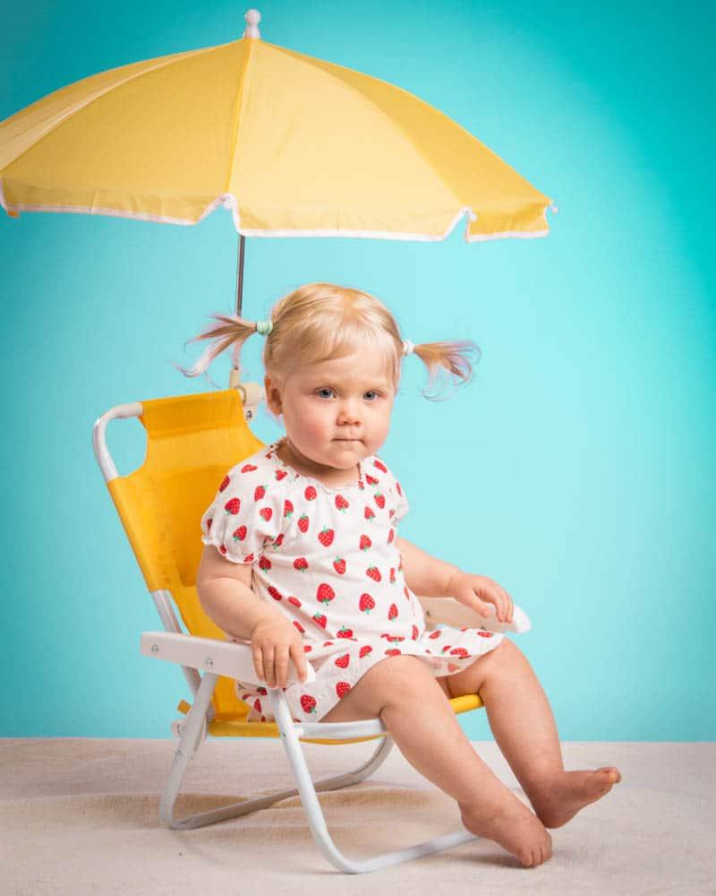 Barnfotografering i studio med roliga tillberhör