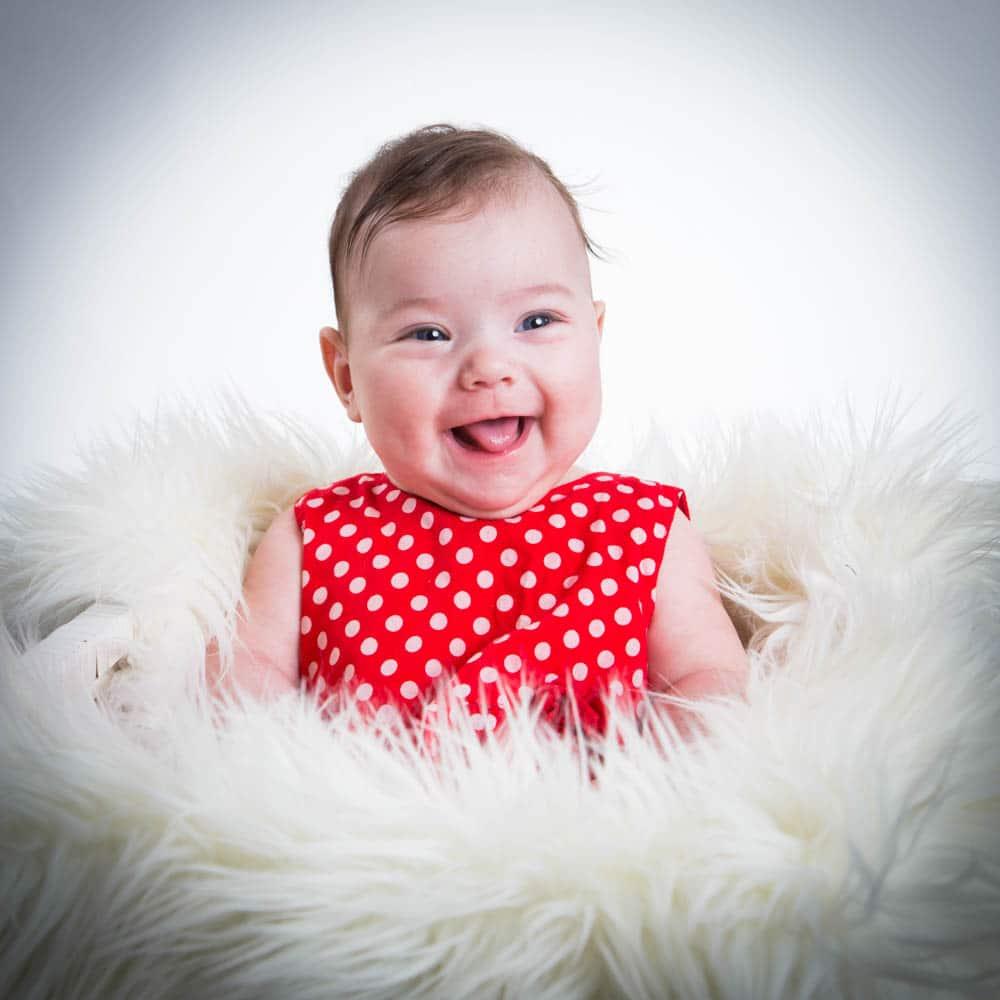 Mamma och pappa kan hjälpa till att få riktigt härliga skratt under en barnfotografering
