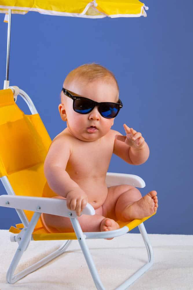 Ett par mörka glasögon och lillkillen ser jättetuff! Barnfotografering ska vara kul även för bebisar.