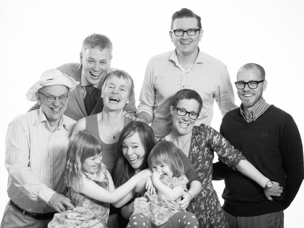 Familje och släktfotografering med mycket fart. Det blev en härlig bild som ramades in!