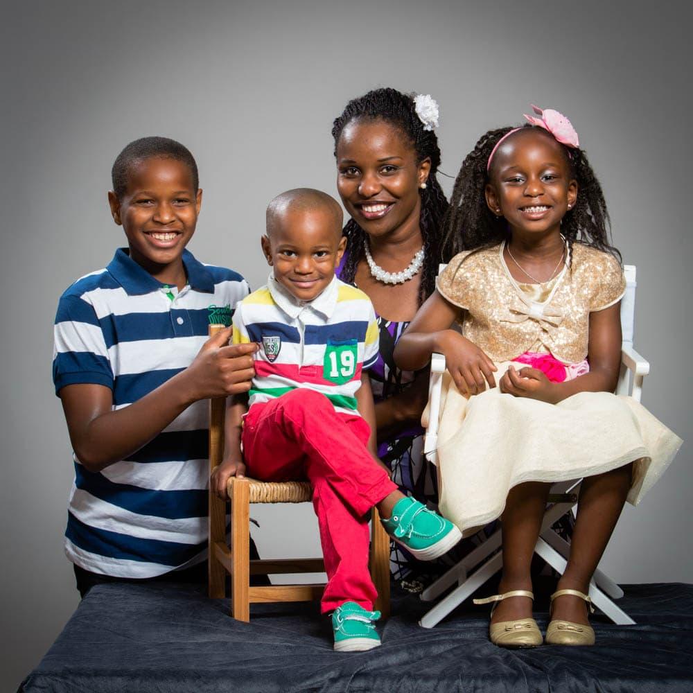 Mamma med tre barn i en snygg komponerad familjefotografering