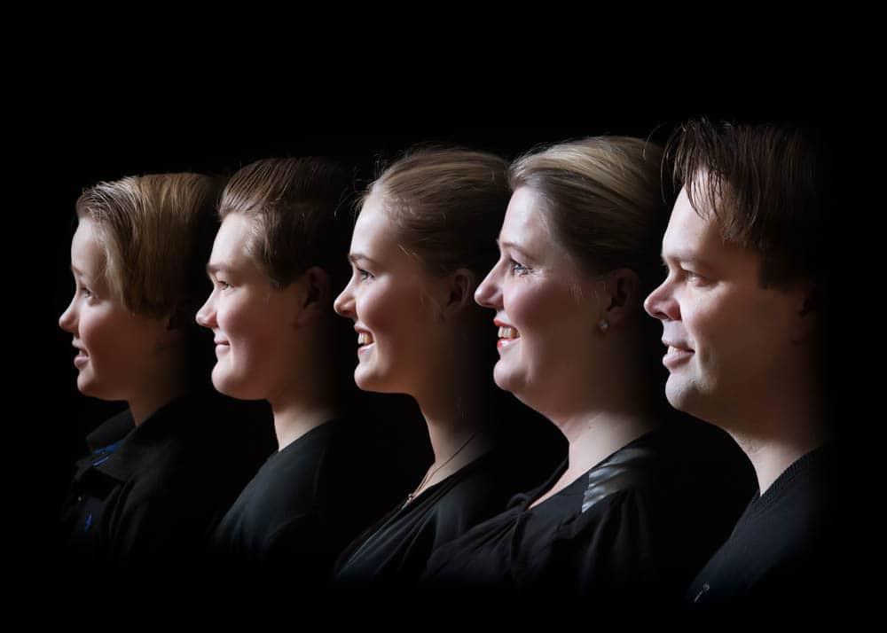 Familjefotografering med snyggt sidoljus som belyser bara ansiktet
