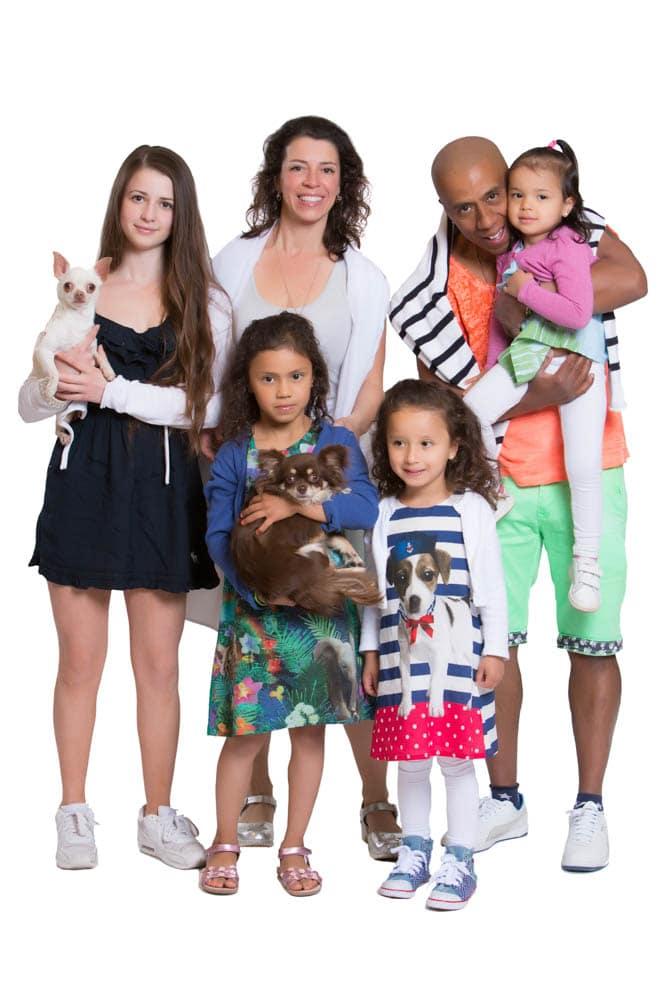 Helkropps familjebild. Låt hundarna vara med onder din familjefotografering