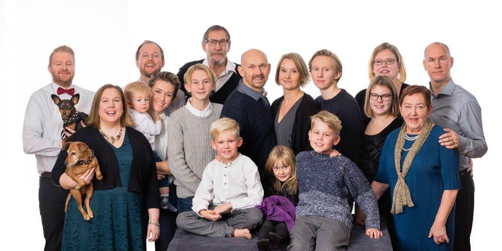Mor och farföräldrar tog med sig alla deras barn och barnbarn för en härlig släktfotografering