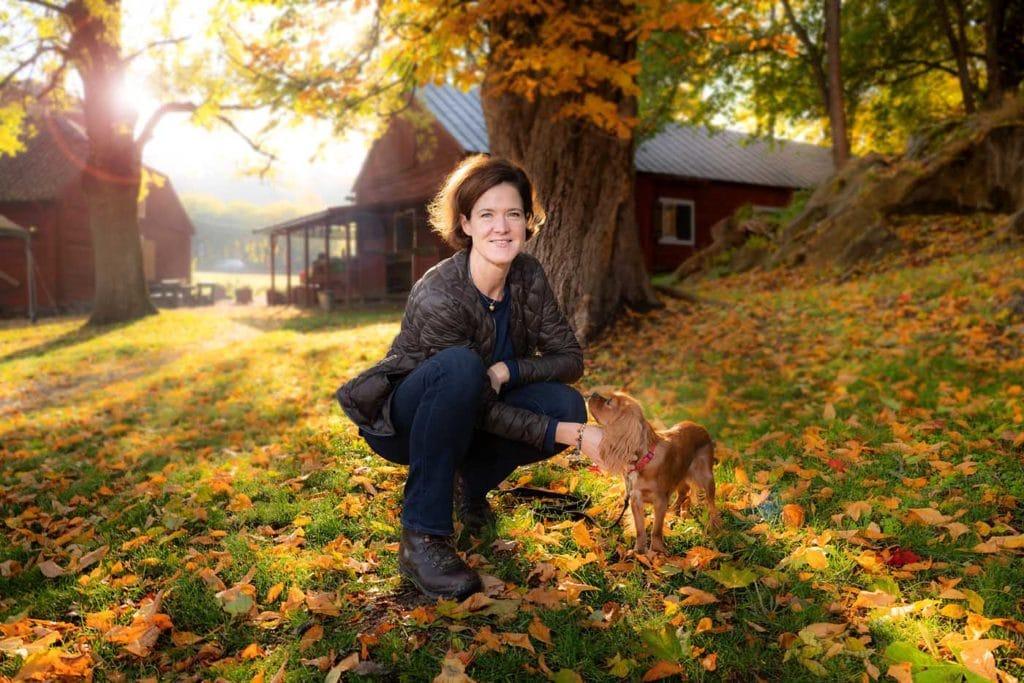 porträttfotografering i naturen med höstfärger i motljus-Anna Kindberg-Batra